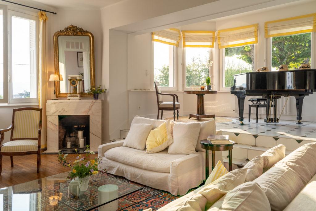 Le salon des hôtes et son piano